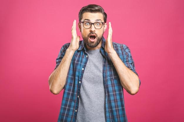 カメラ目線のメガネでハンサムな若い男。ひげを生やした男の口を開いたままにするポートレートを閉じます。
