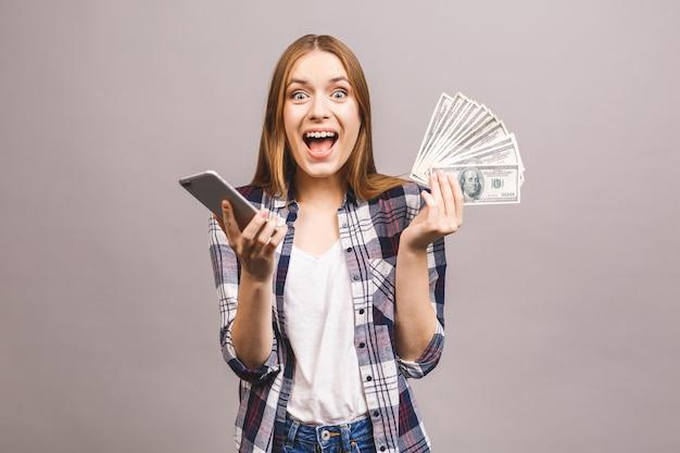 成功は、携帯電話とお金を示す若者を興奮させた。