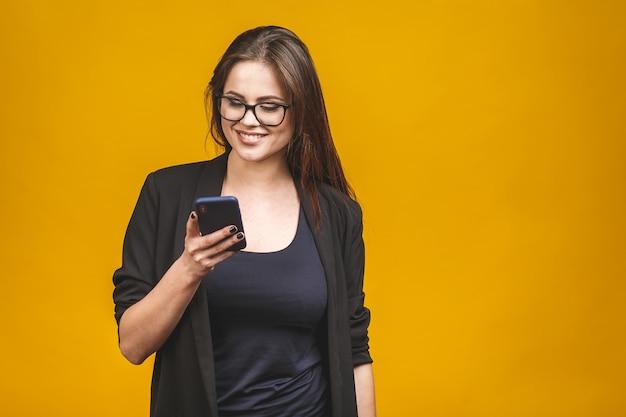 Портрет улыбающегося деловая женщина в очках, держа смартфон