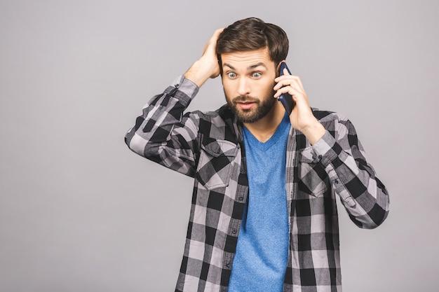 Портрет шокирован мужчина разговаривает по телефону