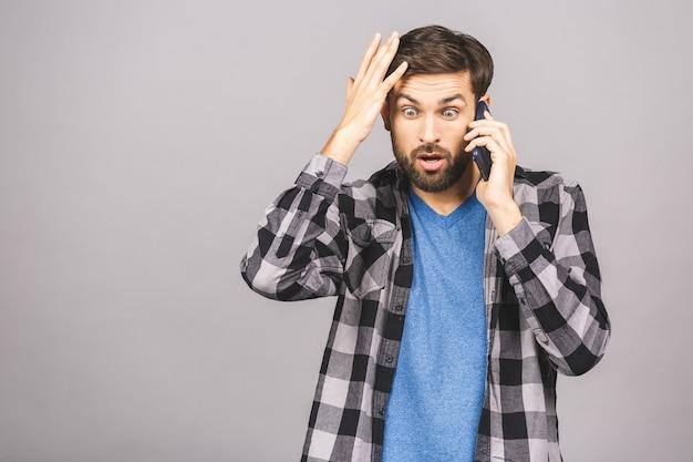 Шокированный мужчина разговаривает по телефону