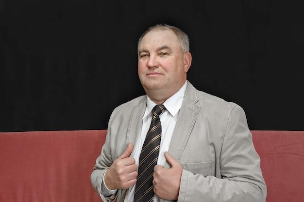 Портрет зрелого мужчины в сером пиджаке, бизнесмена