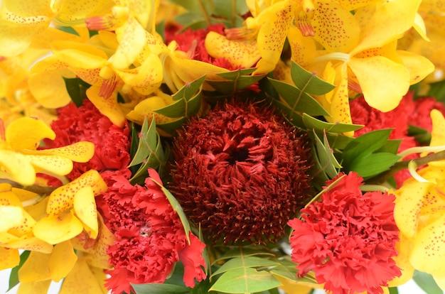Композиция из красных бансийских цветов