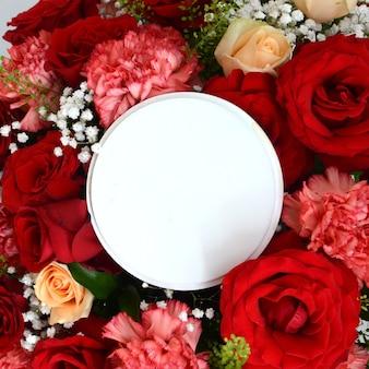 フレームと赤いバラの配列