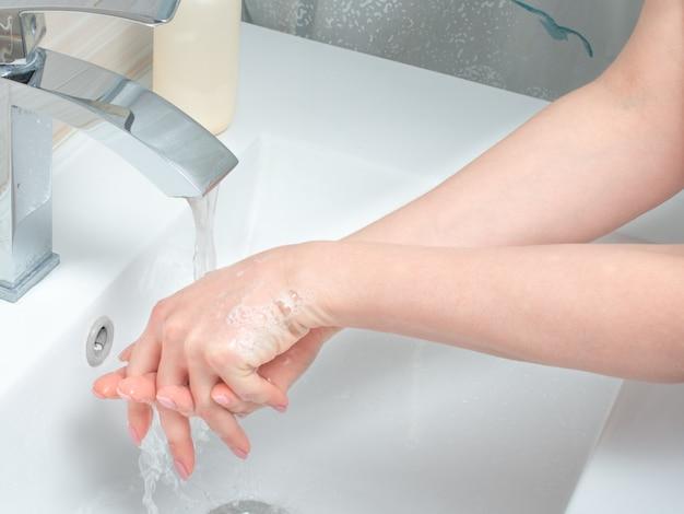 手を洗う。清潔な手で感染を防ぐ身を守ってください。定期的に手をきれいにしてください。石鹸と水で手を洗います。手を掃除する。衛生
