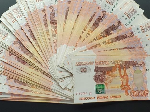 Наличные деньги на изолированном фоне. российские банкноты разложены в веер