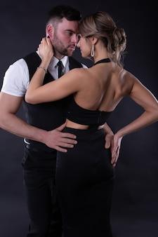 お互いを抱きしめるエレガントな服装の男女