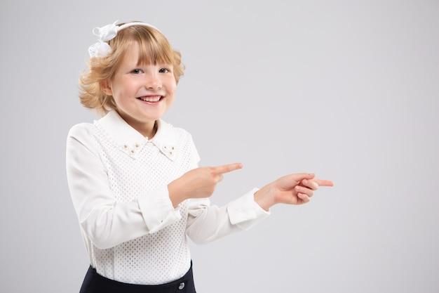 Маленькая девочка, указывая боком