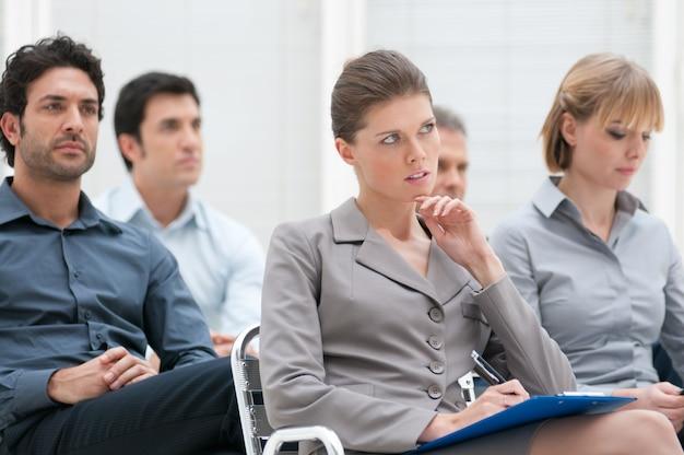 教育プレゼンテーションに出席する人々のビジネスグループ
