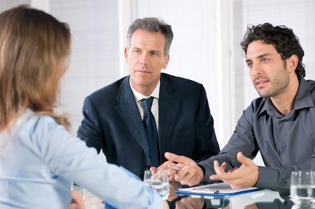 オフィスでの就職の面接中に議論する若い女性