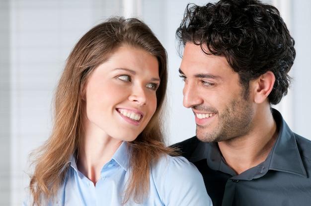 愛と一緒に笑顔の若いカップルの顔にクローズアップ