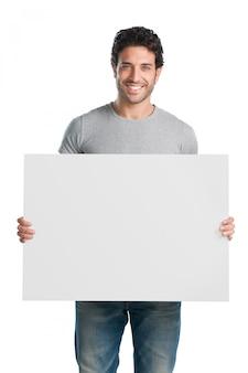 テキストまたは製品の準備ができてプラカードを表示および表示する幸せな若い男