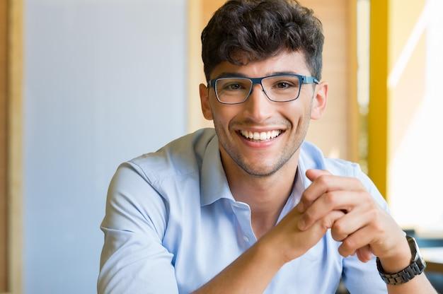 眼鏡をかけている若い男