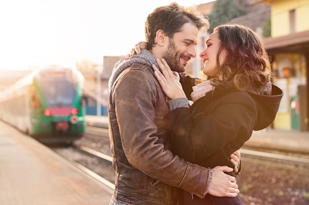 駅で愛するカップル