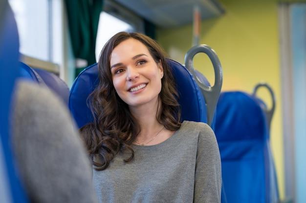 電車の中で幸せな女