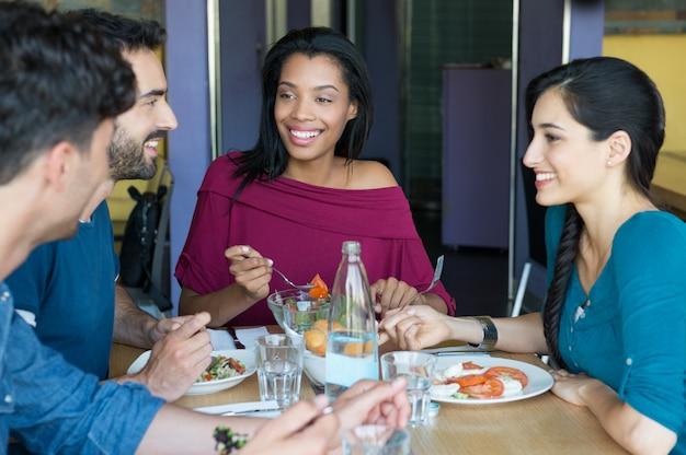 一緒に食べて友達に笑顔