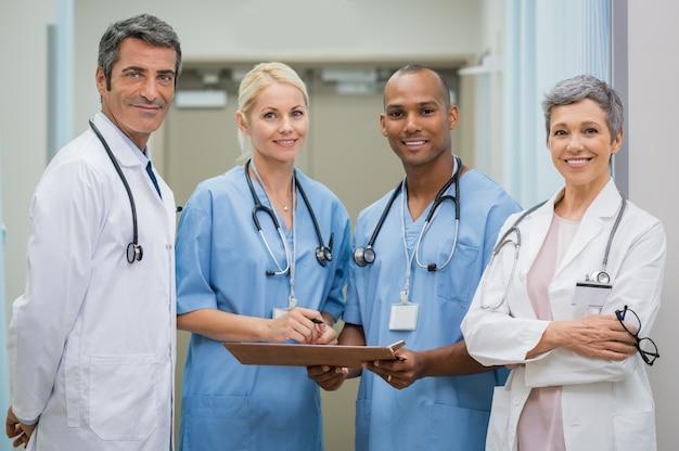 Команда уверенных врачей
