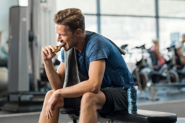 Человек ест энергетический батончик