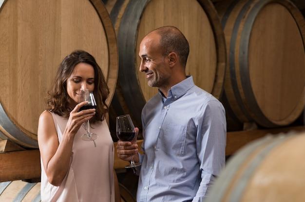 Пара дегустирует вино