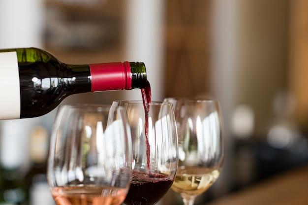 グラスにワインを注ぐ