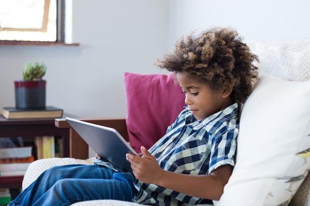 デジタルタブレットで遊ぶ少年