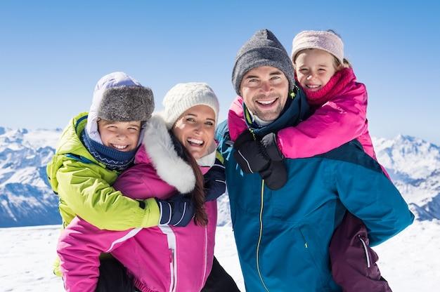 Семья наслаждается зимним отдыхом