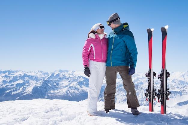 スキーを愛するカップル