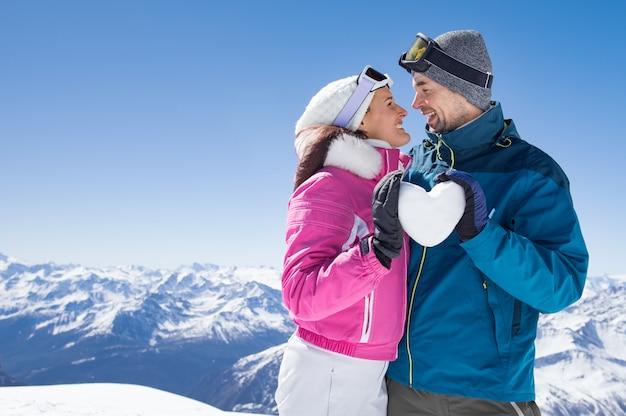Влюбленная пара на снегу