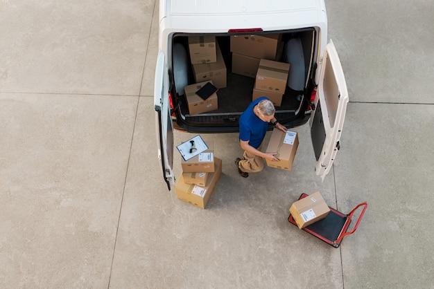 小包を配達する宅配便