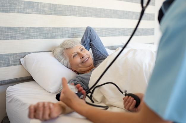 患者の血圧を測定する