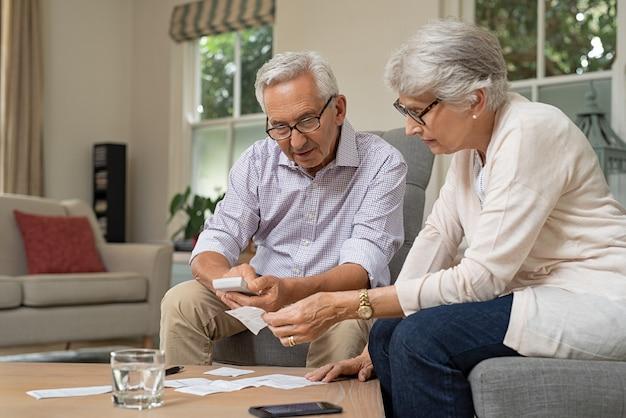 費用を計算する年配のカップル