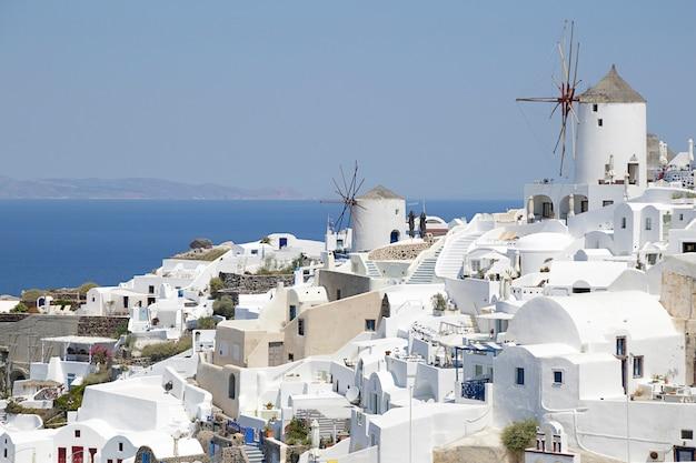 イアの町とサントリーニ島の有名な風車