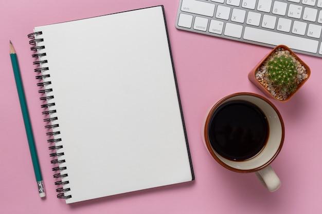 平面図、空のノートブックおよび事務用品、机の上