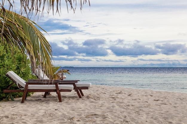 Мальдивы, тропический рай, лежа на пляже, закат восход