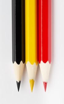 Государственные флаги из разноцветных деревянных карандашей бельгии
