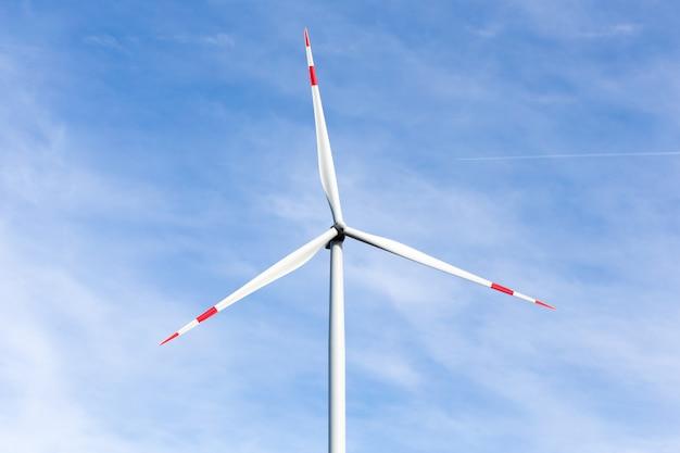 曇り空の風車にクローズアップ