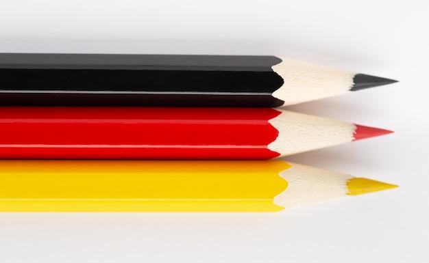 Государственные флаги из разноцветных деревянных карандашей германии