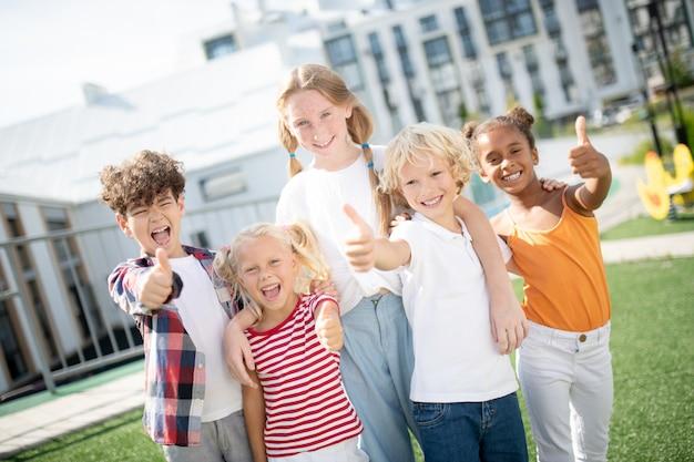 学校で素晴らしい一日を過ごした後、陽気で陽気な子供たちは本当に幸せな気分