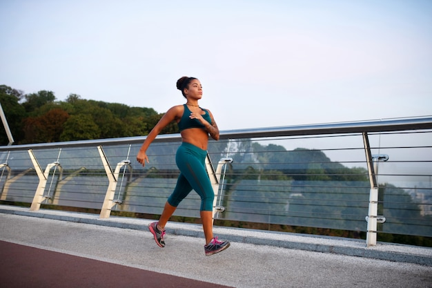 やる気のある女性。朝のランニング中にやる気を感じるアフリカ系アメリカ人の女性