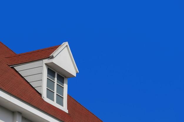 Современная щипцовая крыша дизайн дома стена с фоном голубого неба.