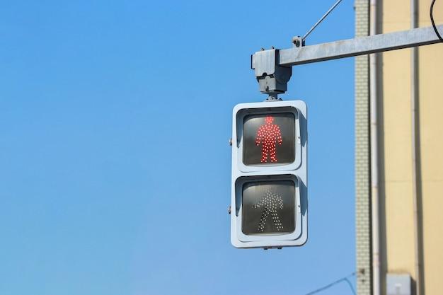 Городской красный светофор для пешеходов, чтобы остановиться в ожидании зеленого света