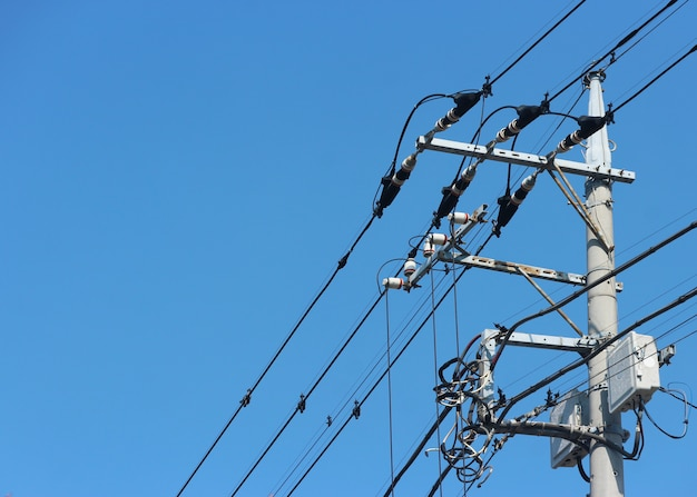 上空の背景を持つ日本の高電圧電柱。