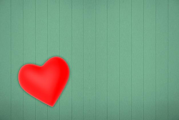 Красное сердце на стене панелей древесной зелени.