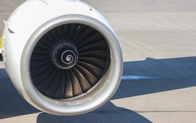 空港の滑走路が付いている飛行機のタービンエンジン部分