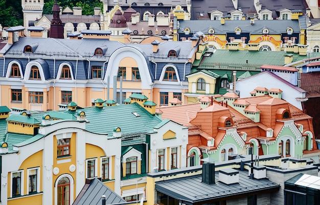 ポディル、キエフ、ウクライナのカラフルな屋根の上からの眺め。