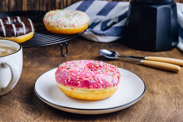 Красочная композиция для завтрака «пончики» с различными цветовыми стилями пончиков и свежего кофе
