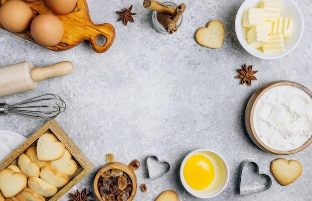 Ингредиенты для приготовления пищи на сером столе,