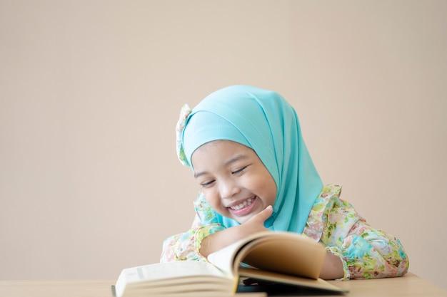 クラスで本を読んで幸せなアジアの子供