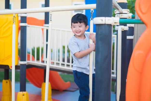 アジアの子供たちが遊び場で遊んで