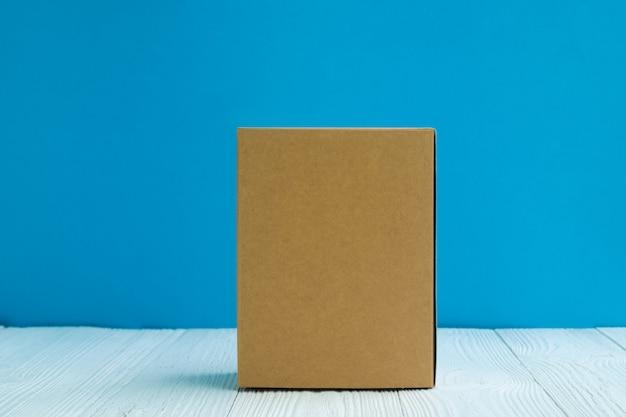 空のパッケージ茶色の段ボール箱や白い木のトレイ